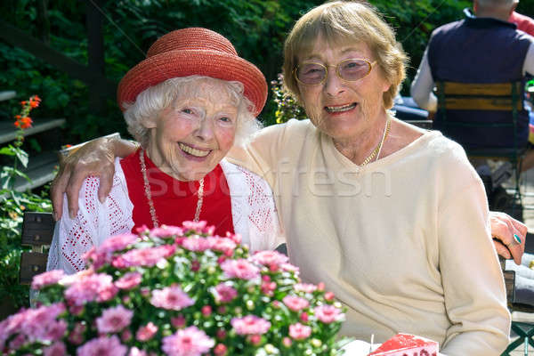 Twee hartelijk senior vrouwen genieten koffie Stockfoto © belahoche