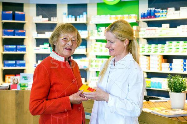Farmacêutico cliente medicamentos feliz jovem branco Foto stock © belahoche