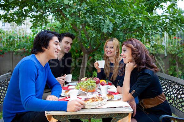 Dos jóvenes estudiantes coquetear café Foto stock © belahoche