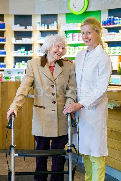 Satisfait pharmacie client pharmacien âgées brun Photo stock © belahoche