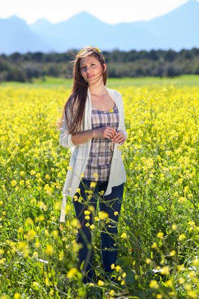 Gyönyörű természetes fiatal nő vidék áll mező Stock fotó © belahoche