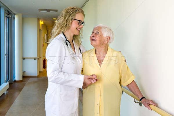 Medische assistent ouderen ziekenhuis gelukkig Stockfoto © belahoche