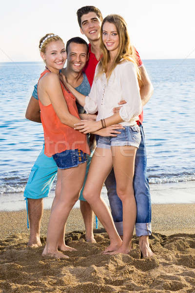 Sluiten gelukkig vrienden strand jonge permanente Stockfoto © belahoche