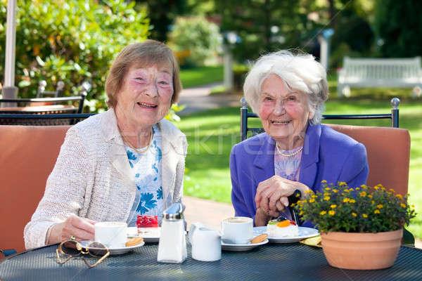 Twee gelukkig senior dames snacks buiten Stockfoto © belahoche