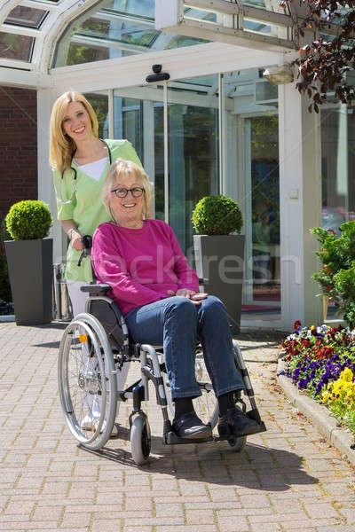 Verpleegkundige senior vrouw rolstoel buitenshuis portret Stockfoto © belahoche