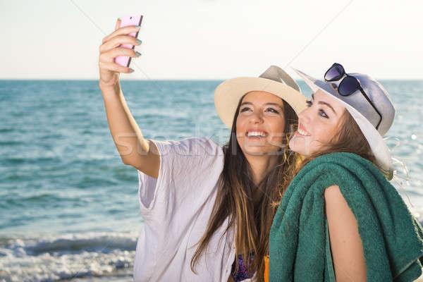 Bastante meninas praia jovem alegremente Foto stock © belahoche