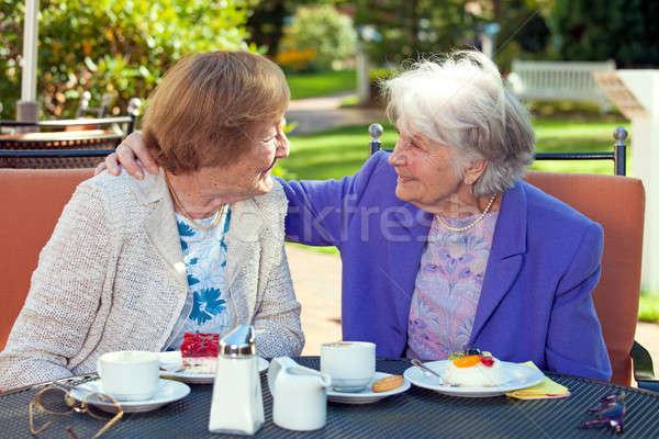 Derűs öreg nők beszél szabadtér asztal Stock fotó © belahoche