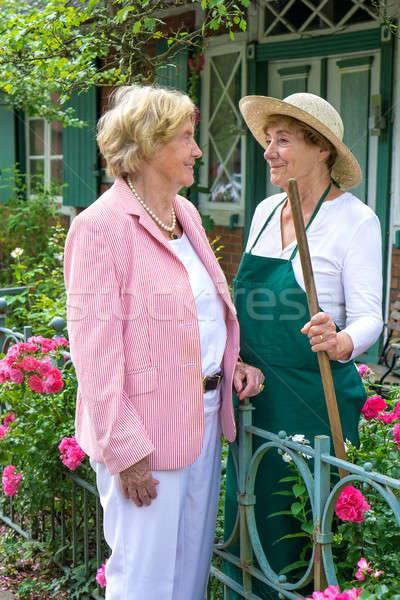 Deux supérieurs femmes parler ensemble jardin Photo stock © belahoche