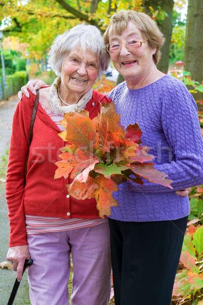 Feliz centro edad mujeres hojas de otoño Foto stock © belahoche