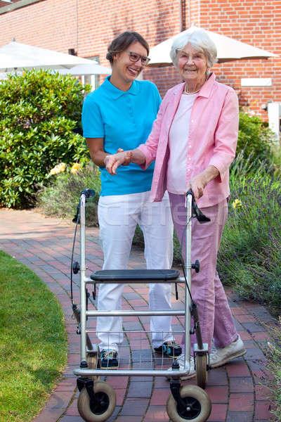Törődés asszisztens segít idős hölgy elvesz Stock fotó © belahoche