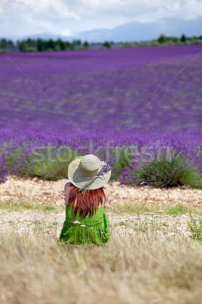 Jonge romantische vrouw vergadering violet lavendel veld Stockfoto © belahoche