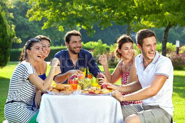 семьи смеясь группа взрослый посмотреть Плечи Сток-фото © belahoche