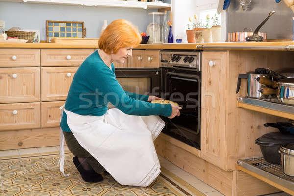 Blond mama fartuch ciasto piekarnik środkowy Zdjęcia stock © belahoche