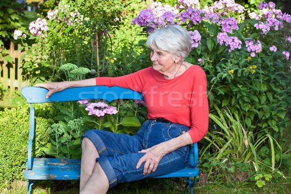Foto stock: Senior · mulher · relaxante · jardim · banco · azul