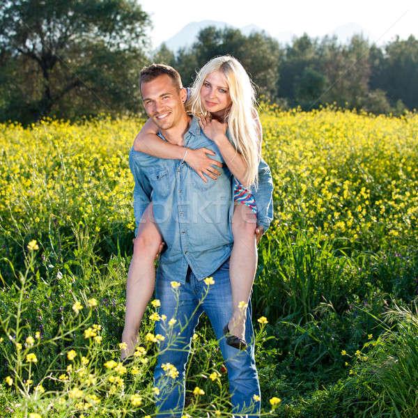 élégant bronzé jeune homme petite amie permanent souriant Photo stock © belahoche