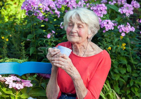 Nadenkend oude vrouw koffie tuin genieten Stockfoto © belahoche
