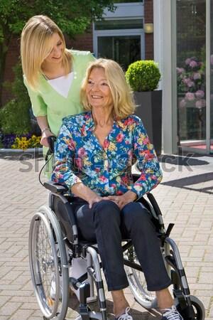 Gelukkig verpleegkundige ouderen patiënt buiten ziekenhuis Stockfoto © belahoche
