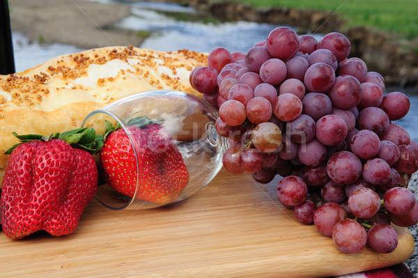 Copo de vinho fruto e cênico montanha Foto stock © bendicks