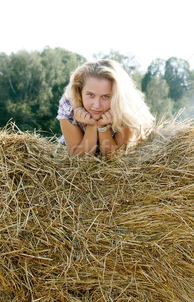 Nina sesión heno retrato chica de campo Foto stock © bendzhik