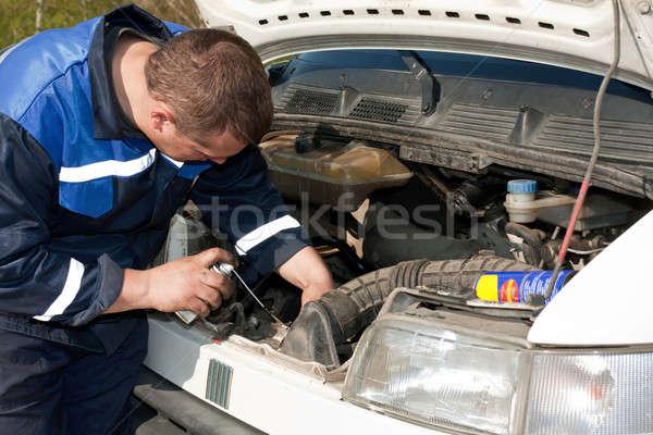 Mekanik çalışmak adam tamir araba Stok fotoğraf © bendzhik