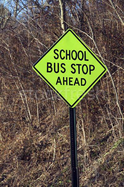 Szkolny autobus stop przed podpisania szkoły Zdjęcia stock © benkrut