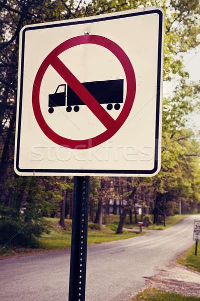 Teherautók nem megengedett fa út teherautó Stock fotó © benkrut