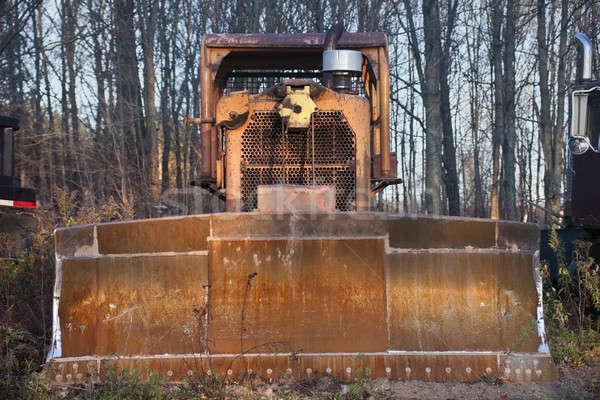 Vechi buldozer abandonat pădure copac tehnologie Imagine de stoc © benkrut