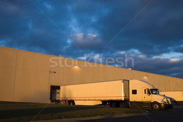Stockfoto: Vrachtwagen · zonsondergang · deur · industriële · witte · magazijn