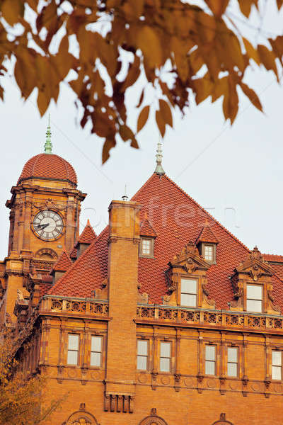 Oude hoofdstraat treinstation klok toren boom Stockfoto © benkrut