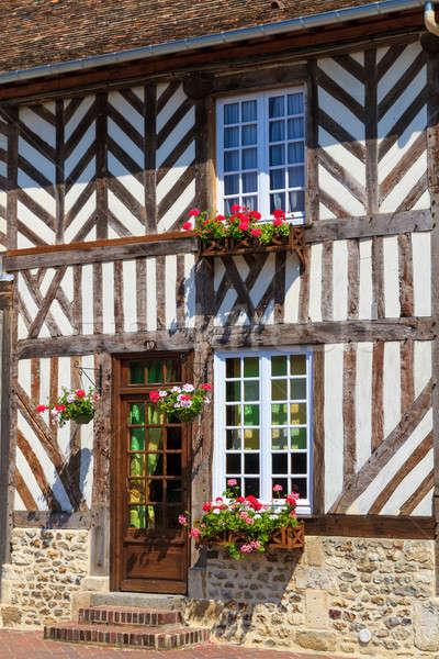 Tipikus ház homlokzat Normandia virágok város Stock fotó © Bertl123