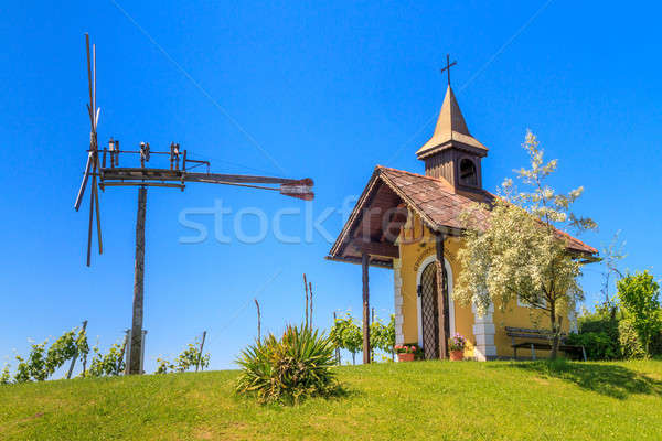 Toszkána szőlőskert kicsi kápolna szélmalom tavasz Stock fotó © Bertl123