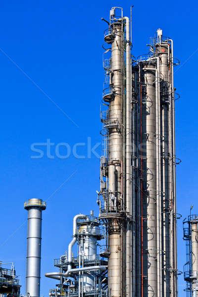 Refinería de petróleo cielo azul pesado industria complejo cielo Foto stock © Bertl123