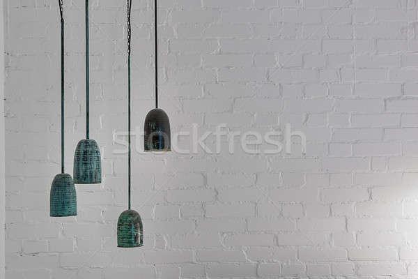 Enforcamento malaquita lâmpadas quatro branco parede de tijolos Foto stock © bezikus