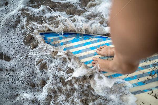 Feminino pernas prancha de surfe foto em pé Foto stock © bezikus
