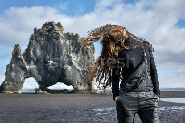 Mädchen posiert Freien ziemlich windig Haar Stock foto © bezikus