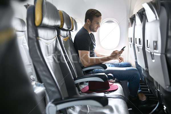 Knap vent vliegtuig cute man venster Stockfoto © bezikus
