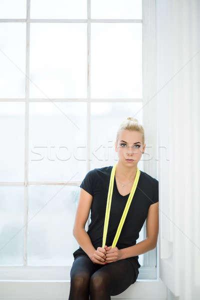 Ritmisch gymnast vergadering Geel touw nek Stockfoto © bezikus