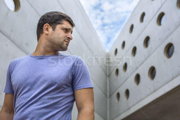 Człowiek nowoczesne konkretnych budynku przystojny mężczyzna stałego Zdjęcia stock © bezikus