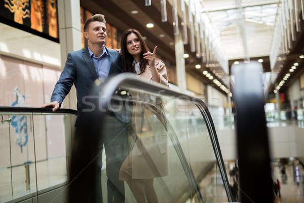 Roltrap zakenman donkere pak vrouw Stockfoto © bezikus