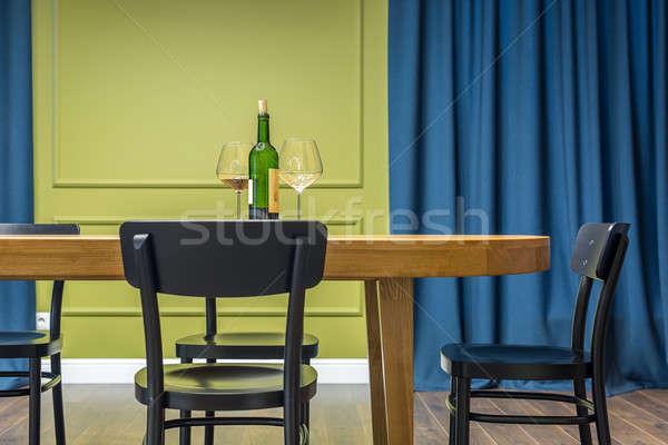 Сток-фото: комнату · современный · стиль · деревянный · стол · бутылку · вина · очки · напитки