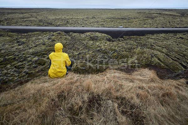 Férfi szirt ellenkező vidék személy citromsárga Stock fotó © bezikus