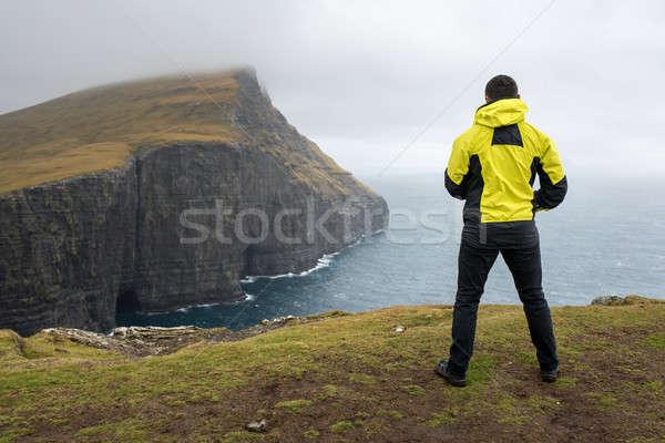парень утес желтый куртка туманный Сток-фото © bezikus