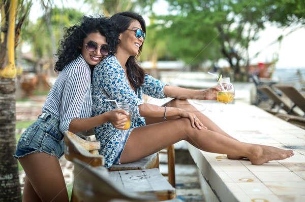 Lányok megnyugtató koktélok örömteli mosolyog napszemüveg Stock fotó © bezikus