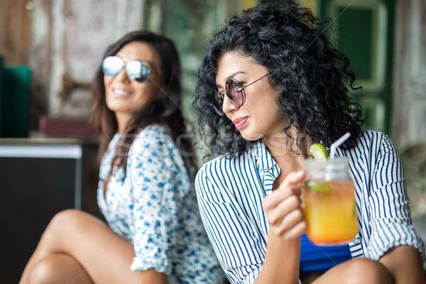 Mädchen Cocktails lächelnd sitzen mehrfarbig Wand Stock foto © bezikus