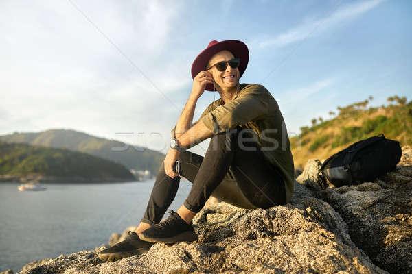 Reisenden entspannenden Freien nice lächelnd guy Stock foto © bezikus