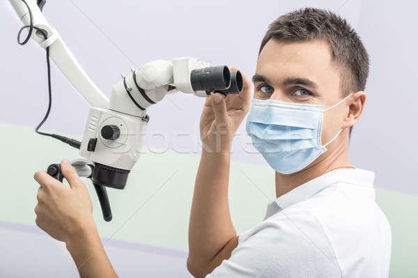 Dentista dental microscopio medico guardando Foto d'archivio © bezikus