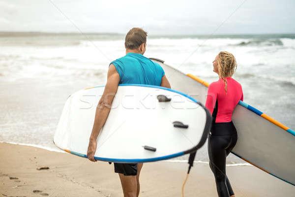Coppia surfers oceani shore Foto d'archivio © bezikus