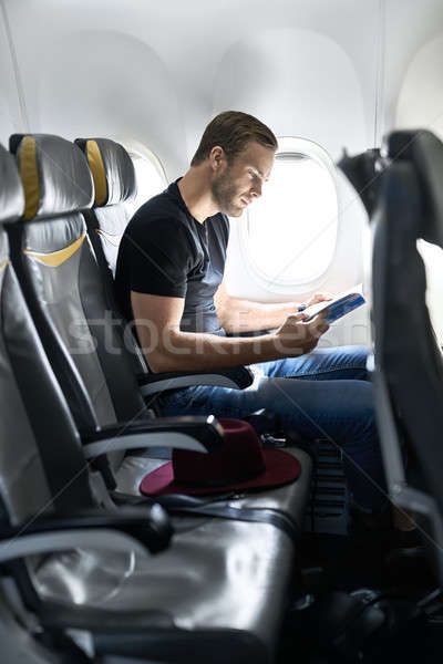 Jonge vent vliegtuig knappe man venster magazine Stockfoto © bezikus