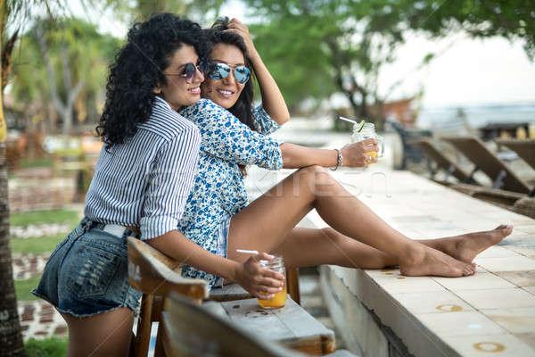 Lányok megnyugtató koktélok derűs napszemüveg pihen Stock fotó © bezikus