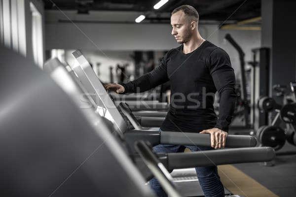 Hatalmas férfi futópad brutális izmos fut Stock fotó © bezikus
